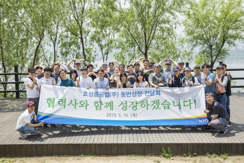 "Hyosung Chairman Cho Hyun-Joon built a close rapport with 18 Hyosung partners. Hyosung Heavy Industries and its partners planted commemorative trees in Noeul Park in Sangam-dong, Mapo-gu, Seoul, on May 16, wishing for their ""lasting co-prosperity"""