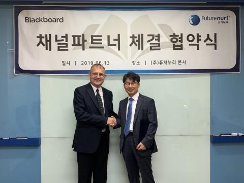 왼쪽부터 글로벌 교육정보솔루션 기업인 블랙보드 Blackboard inc 아시아태평양지역 입스 드훅 사장과 퓨쳐누리 추정호 대표이사가 국내 시장 파트너십 체결 뒤 악수를 나누고 있다