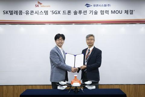 왼쪽부터 SK텔레콤 김경남 시큐리티랩스장과 유콘시스템 송재근 대표가 협약식 후 기념사진을 찍고 있다