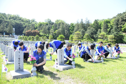 """Hyosung employees cleaned up Seoul National Cemetery, a resting place for fallen service members, veterans and patriots, about a week before June which is """"Memorial Month"""" in Korea"""