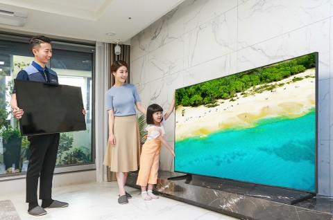 삼성전자 TV 설치기사가 대국민 TV 보상 페스티벌을 통해 TV를 구매한 소비자 가정에서 구형 TV를 회수하고 2019년형 QLED TV를 설치한 후 사용법을 설명하고 있다