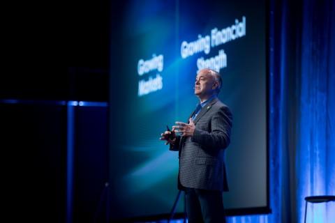 PTC 짐 헤플만 CEO는 2019 라이브웍스 기조강연을 통해 IoT, AR, CAD, PLM 기술이 노동력의 증강을 이끌 것이라고 설명했다