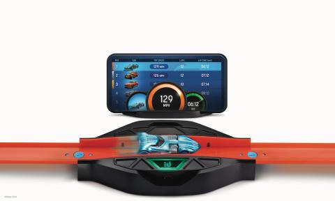 레이스 포털은 핫 휠 ID 차량을 앱으로 스캔하고 적외선 센서를 통해 속도 및 랩 카운트를 추적하며 기존의 핫 휠 트랙과 쉽게 연결할 수 있다