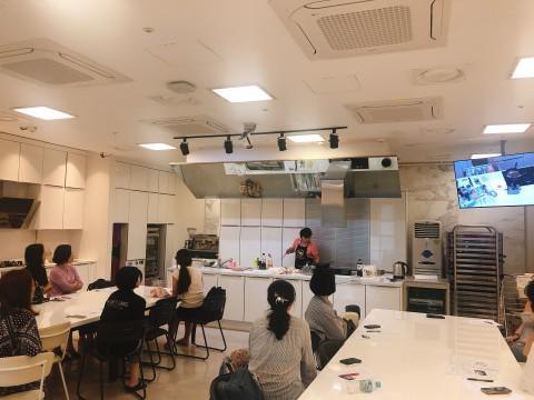 쿠킹클래스 참가자들이 면사랑 제품을 활용한 붓가케 냉우동과 가쓰오야끼소바를 배우고 있다