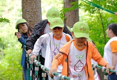 절기따라 자연따라 숲에서 놀자, 와숲! 캠프에 참가한 아동들이 숲놀이터에서 즐거운 시간을 보내고 있다