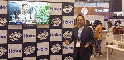 하이얼-헥사스톤 전시장에서 에코파트너즈 전춘식 회장이 사업 포부를 말하고 있다