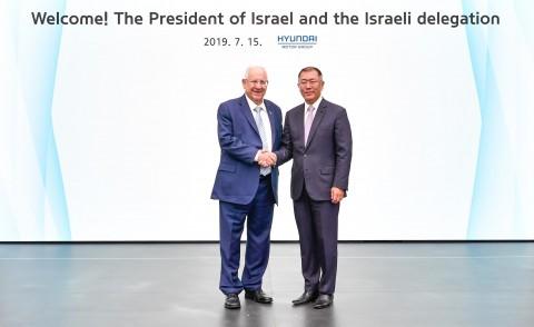 현대·기아자동차 기술연구소에 방문한 레우벤 리블린 이스라엘 대통령과 현대자동차그룹 정의선 수석부회장이 기념촬영을 하고 있다