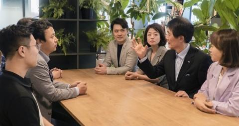 오른쪽에서 두 번째 한미글로벌 김종훈 회장이 이노스페이스에서 스타트업 CEO들과 이노토크를 진행하고 있다