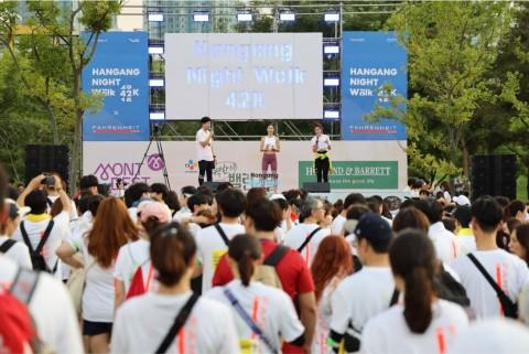 스트레칭 전문 유투버 강하나와 함께 출발 전 준비 운동 중인 참가자들