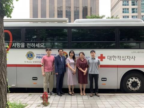 단체 헌혈행사에 참여한 퍼시스그룹 임직원들이 기념촬영을 하고 있다