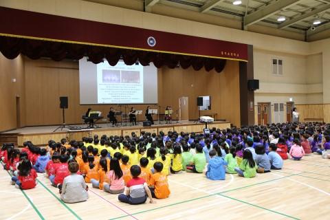 참가자들이 초등학교 문화예술체험으로 찾아가는 음악회를 감상하고 있다