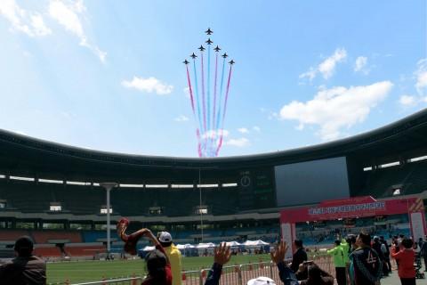 서울국제휠체어마라톤대회 조직위원회는 대한민국 공군 블랙이글스 에어쇼 축하공연 및 사전 예행 연습으로 잠실종합운동장 주변 지역의 항공기 소음피해가 발생하게 될 것이라며 시민들에게 양해를 구한다고 밝혔다