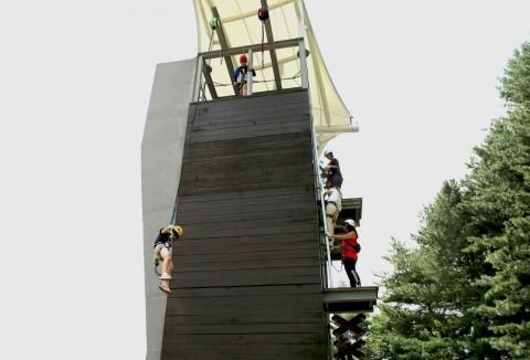 2019 청소년아웃도어페스티벌에 참가한 가족이 인공 암벽장에서 퀵 점프를 하고 있다
