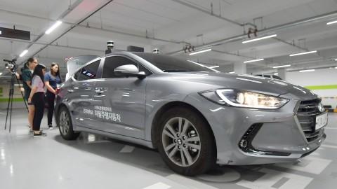 고교생들이 스마트운행체공학과의 자율주행자동차 실험을 체험하고 있다