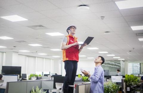 SK텔레콤 구성원들이 분당사옥 5G 기지국에 5GX 인빌딩 솔루션을 적용해최종성능 검증을 하고 있다