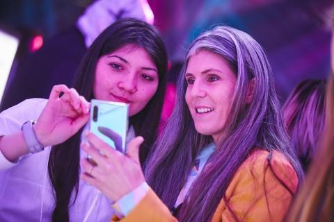 칠레 산티아고의 종합 예술 공연장에서 진행된 갤럭시 노트10 출시 행사에서 참석자들이 제품을 체험하고 있다