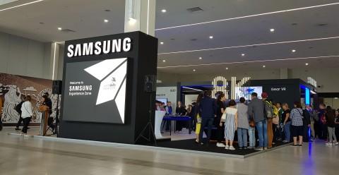 러시아 카잔에서 펼쳐지고 있는 국제기능올림픽대회에 마련된 삼성전자 체험관을 방문한 참관객들이 최신 제품을 둘러보고 있다