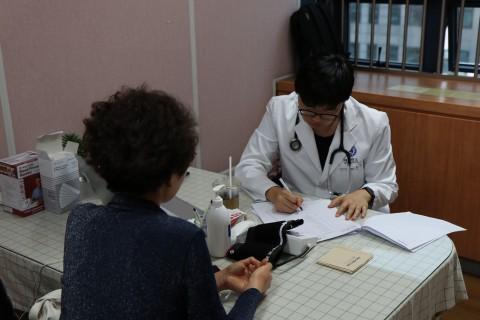 작은진료소를 찾은 서울중구건강가정다문화가족지원센터 이용자를 진료하고 있다