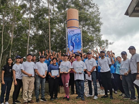 와츠 직원, 고객들, 플래닛 워터가 최근 두개의 아쿠아 타워를 사캐오 지역 2개 학교에 건립하여 매일 총 2만리터의 깨끗한 물을 2000명의 주민에게 공급하고 있다