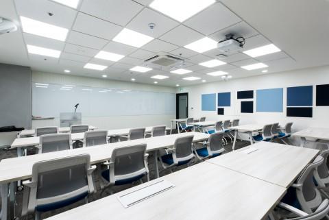 서울 강남구 메가존클라우드 본사 2층에 마련된 클라우드 클래스의 강의실들 중 하나로 클라우드 클래스는 국내 최대 클라우드 컴퓨팅 전문 교육장이며 최대 80명의 학생들이 동시에 교육을 받을 수 있다