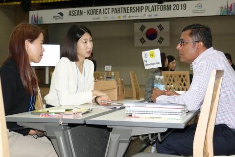 18일 판교 스타트업캠퍼스에서 열린 '아세안-코리아 ICT 파트너십 플랫폼 2019' 비즈니스 상담회에서 아세안 통신사와 국내 스타트업들이 상담을 하고 있다