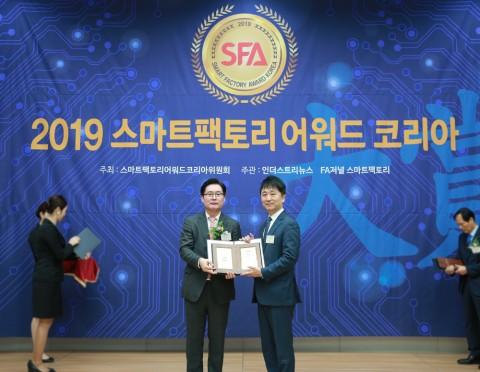 왼쪽에서 두 번째 PTC코리아 김욱 전무가 2019 스마트 팩토리 어워드 코리아 시상식에서 AR 기술혁신대상을 수상했다