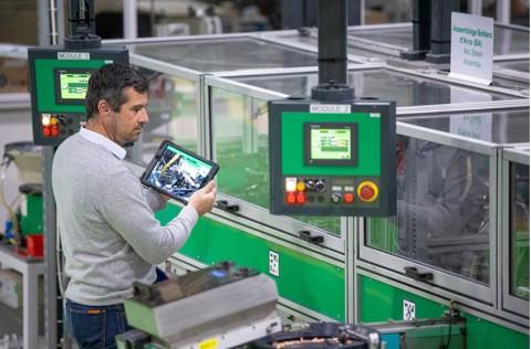 슈나이더 일렉트릭의 프랑스 스마트팩토리 르 보르데이 공장에서 직원이 에코스트럭처 플랜트 퍼포먼스 어드바이저 스위트의 4종 중 하나인 에코스트럭처 어규먼티드 오퍼레이터 어드바이저를 사용하고 있다