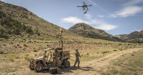 군사용 및 기타 응용 분야의 경우 테더드 드론은 지속적인 상황 인식을 제공할 수 있다. 이드론은 지속적인 전원과 보안 통신을 제공하는 기지국 또는 차량과 연결된다