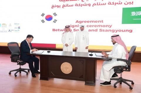 왼쪽부터 쌍용자동차 예병태 대표이사와 SNAM의 파드 알도히시 대표 이사가 제품 라이선스 계약을 체결하고 있다