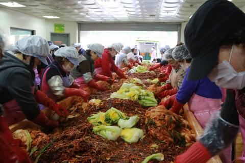 2019 사랑의 김장 나누기 행사에서 군포제일교회 봉사단과 성민원 직원들이 김장을 담그고 있다