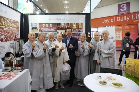 2019서울국제불교박람회에 들른 박원순시장이 전국비구니회 스님들과 사진을 촬영하고 있다