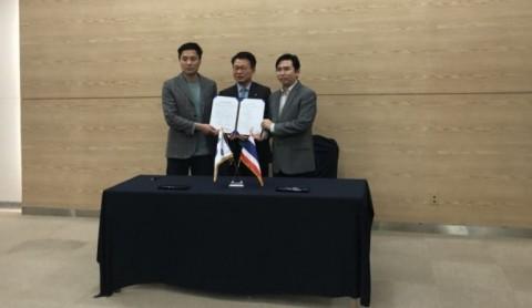 왼쪽부터 지티지웰니스 최석렬 팀장, 코트라 방콕 김현태 무역관장, 조센뷰티 Worapoj Ruenrerngwong이 스마트시티페어에서 계약 체결 후 기념사진을 찍고 있다