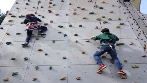 2019년 강원지역 농산어촌 지역 청소년들을 대상으로 진행된 같이의 가치 캠프에 참가한 청소년들이 암벽등반을 하고 있다