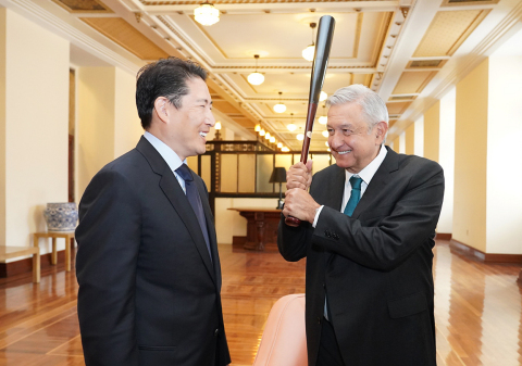Chairman Cho Hyun-joon of Hyosung Group (left) had a meeting with President Andres Manuel Lopez Obrador of Mexico (right) on November 6, 2019 at the Presidential Palace in Mexico City to discuss ways of cooperation between the two parties, including the 'Rural ATM Project.' Chairman Cho gave a baseball bat autographed by Korean Major leaguer Shin-soo Choo of Texas Rangers as a gift to President Obrador, who is known as a big fan of baseball