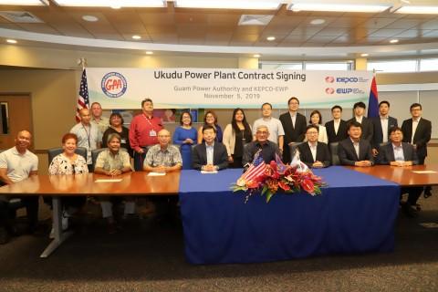 한국전력이 괌 우쿠두 가스복합발전 프로젝트 전력판매계약 체결 후 기념촬영을 하고 있다