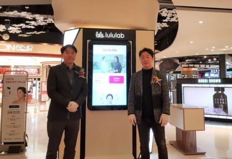 최용준 룰루랩 대표(사진 오른쪽)가 롯데 에비뉴엘 잠실점에 인공지능 뷰티 스토어를 오픈한 후 기념촬영을 하고 있다