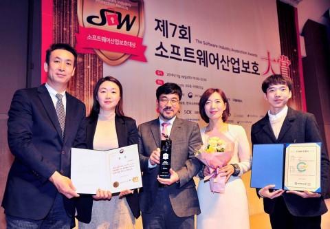 왼쪽 첫번째 최고재무책임자 박상훈 전무와 임직원들이 소프트웨어산업보호대상을 수상하고 기념촬영을 하고 있다