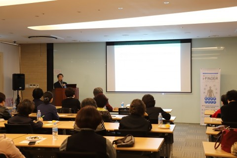 바이오인프라의원 김철우 박사가 유방암환우회 회원을 대상으로 강연을 진행하고 있다