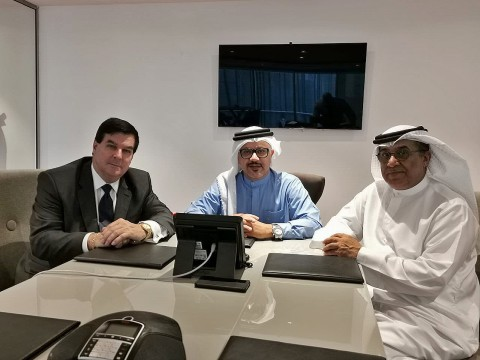 왼쪽부터 CPI 창업자/CEO 허버트 로(Herbert Law)와 셰이크 압둘라 빈 라시드 알 샤르키(His highness Sheikh Abdullah Bin Rashed Al Sharqi), 칼판 사에드 알 마즈로위(his excellence Khalfan Saeed Al Mazrouei)