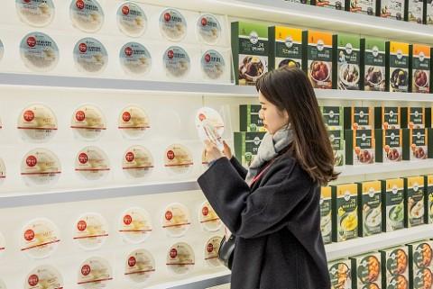 CJ제일제당 영 블로썸 데이 참가자가 전시된 햇반 제품을 보고 있다