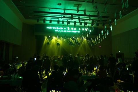 행사에 참여한 장애인 당사자 및 가족들이 신나는 댄스파티를 즐기고 있다