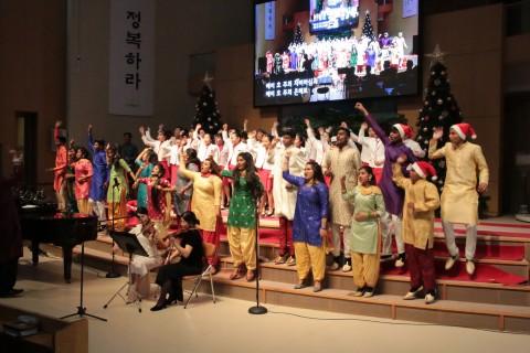 군포제일교회 시온홀에서 열린 인도바나나 내한 공연에서 바나나합창단과 성민소년소녀합창단이 합동 무대를 펼치고 있다