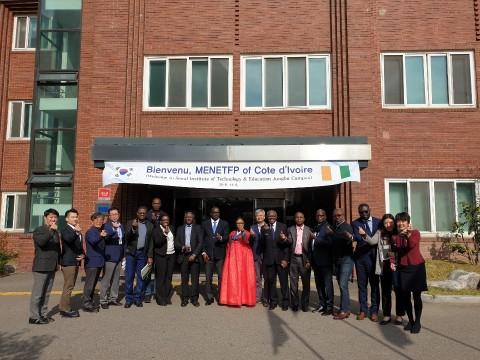 서울특별시 중부기술교육원과 아프리카 교육부 관계자들이 기념사진을 찍고 있다