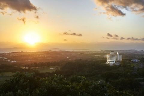 ANSA 오키나와는 오키나와 섬이 양쪽으로 마주하고 있는 동중국해와 태평양의 전경을 바라볼 수 있는 독특한 위치를 자랑한다