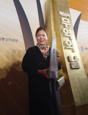 파우 최미화 대표가 100만불 수출의 탑 수상 후 기념촬영을 하고 있다