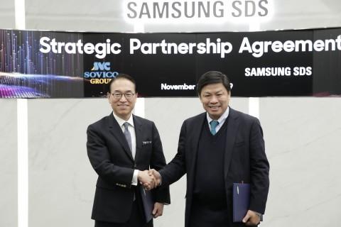 왼쪽부터 삼성SDS 홍원표 대표이사와 소비코 그룹 응웬 탄 훙 회장이 삼성SDS 잠실캠퍼스에서 디지털 트랜스포메이션 지원 및 물류 혁신을 위한 사업협약을 체결하고 기념촬영을 하고 있다