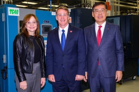 왼쪽부터 LG화학 CEO 신학철 부회장과 오하이오주 부주지사인 존 휴스티드, GM CEO 메리 바라 회장이 합작법인 설립 계약을 체결하고 기념 촬영을 하고 있다