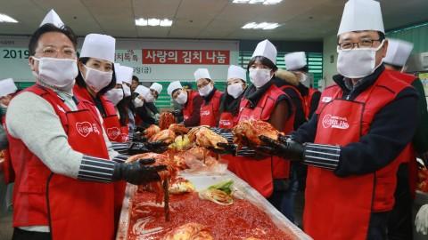 LG전자 임직원들이 봉사활동을 하고 있다