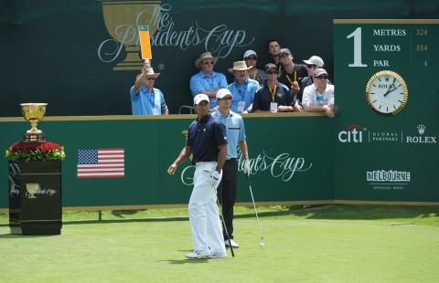 롤렉스 홍보대사인 미국 팀의 타이거 우즈와 인터내셔널 팀의 아담 스콧이 2011년 프레지던츠 컵을 진행하고 있다