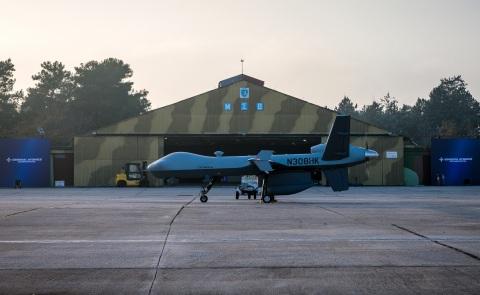 GA-ASI의 MQ-9 가디언 원격조종 항공기가 해상탐색과 감지 회피 능력을 선보이기 위해 그리스의 라리사 공군기지에서 준비 중이다